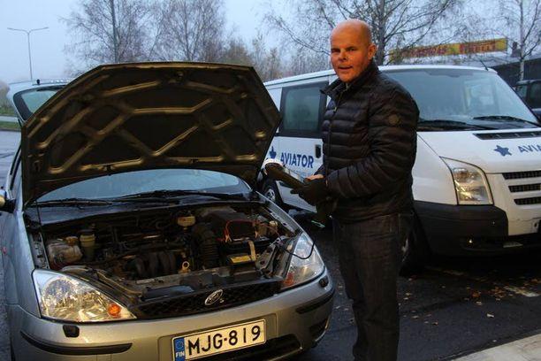 Tapani Holm tuntee autojen akkuviat monen kymmenen vuoden ajalta.