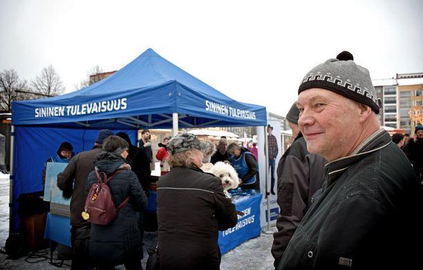 Heikki Nurminen jonotti Tammelantorilla sinisten makkaraa, mutta aikoi käydä vilkaisemassa myös perussuomalaisten teltan ruokatarjonnan.