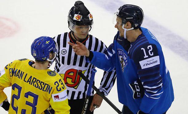 Suomen 4-4-tasoituksen iskenyt Marko Anttila ja Ruotsin Oliver Ekman-Larsson keskustelevat tuomarin kanssa.