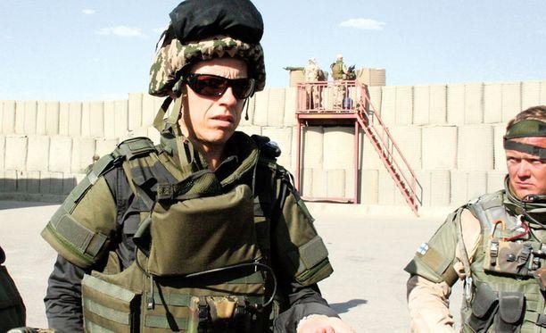 VARUSTUS. Ulkoministeri Stubb saapui eilen ilta-päivällä Afganistaniin. Kypärää ja suojaliivejä tarvittiin siirryttäessä suomalaisten leiriin.