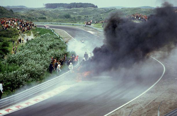 Roger Williamson paloi hengiltä autoonsa Hollannin GP:ssä 1973. Pelastustoimet olivat sanan irvikuvat.