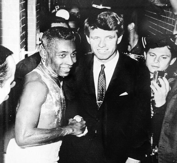 Pelén maine veti puoleensa. Senaattori Robert Kennedy ryntäsi pukuhuoneen suihkutiloihin kättelyyn ja kuvaan.