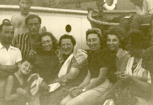 Kuvan keskellä Marta ja hänen vieressään oikealla äiti Kamila sekä sisko Valery. Kuvassa oleva pikkupoika, Richard Jilovsky elää Los Angelesissa.
