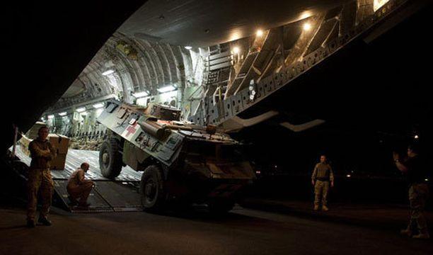 Britannian ilmavoimat on auttanut Ranskaa kaluston kuljettamisessa.