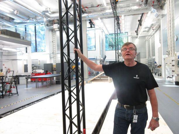 Tekninen päällikkö Juhani Koski on tyytyväinen henkilöstön työtiloihin.