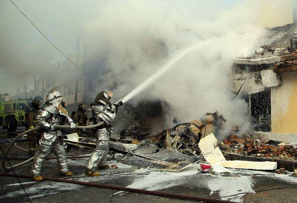 Palokunta sammutti pienkoneen törmäyksessä syttynyttä leipomorakennusta Bogotassa.