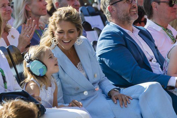 Prinsessa Leonore äitinsä kanssa Ruotsissa kesällä 2018.
