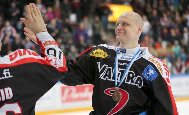 Kalle Koskinen pääsi juhlimaan uransa päätteeksi SM-liigan kolmossijaa.