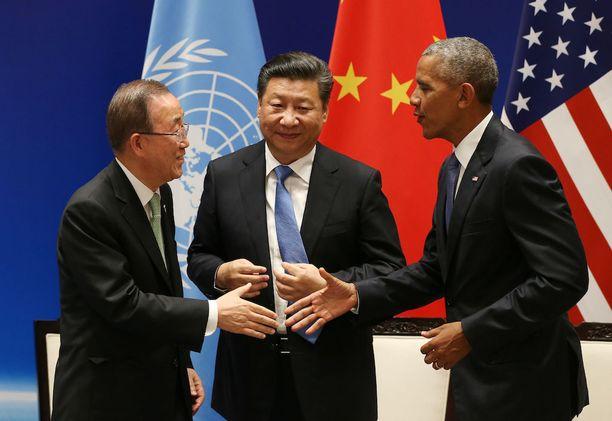 Kiinan presidentti Xi Jinping (kesk.) ja USA:n presidentti Barack Obama ratifioivat Pariisin ilmastosopimuksen maidensa osalta Kiinassa viime syyskuussa. Historiallisessa tilaisuudessa oli mukana myös YK:n silloinen pääsihteeri Ban Ki-moon.