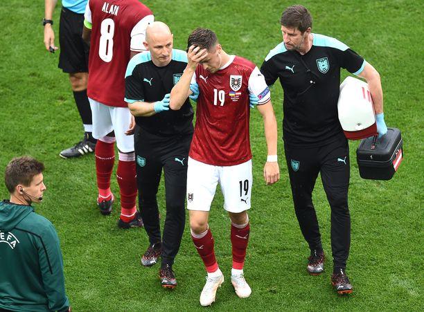 Christoph Baumgartner sai iskun päähänsä ottelussa Ukrainaa vastaan. Mies jatkoi peliä.