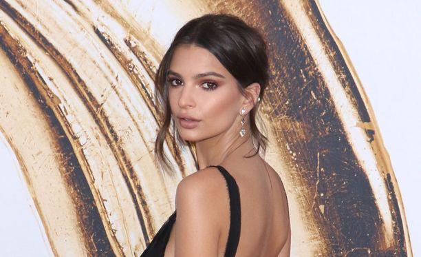 Emily Ratajkowski pitää Kim Kardashianin puolia paljastelevien kuvien julkaisemisessa.