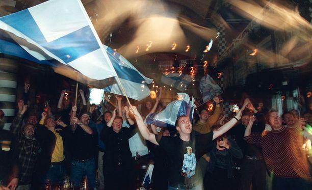 Mika Häkkisen formula 1- maailmanmestaruutta juhlittiin Highlight-ravintolassa riemukkaasti.