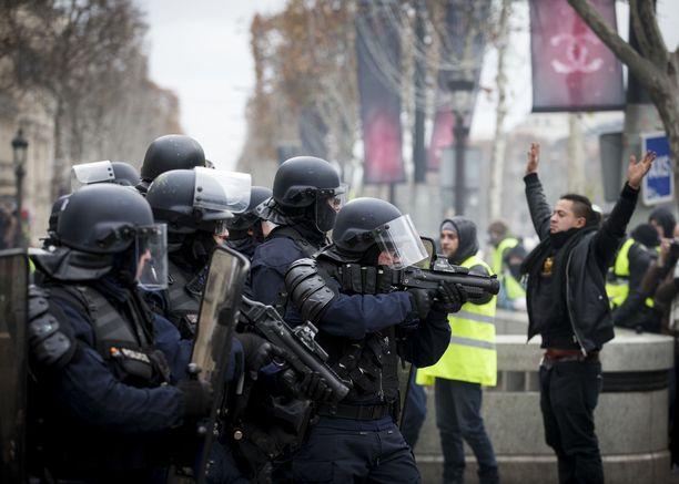 Lamautustarkoituksessa käytettävät erilaiset muovi- tai kumiluoteja käyttävät aseet ovat yleisiä poliisivoimissa ympäri maailman. Kuva Pariisin keltaliivimielenosoituksista joulukuulta.