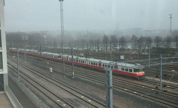 Junat seisovat Kaisaniemen kohdalla.