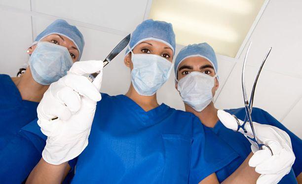 22-vuotias ruotsalaismies tietää, miltä tuntuu herätä kirurgien kopeloidessa sisuskaluja.