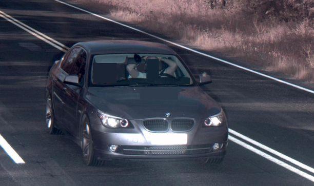 Nopeusvalvontakameran ottamassa kuvassa kuljettaja pitää käsiään rennosti pään takana.