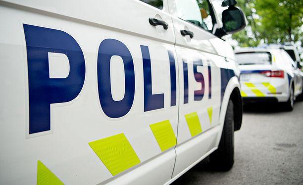 Poliisi etsii perjantai-iltana Oulussa vähittäistavarakaupan ryöstänyttä miestä. Kuvituskuva.