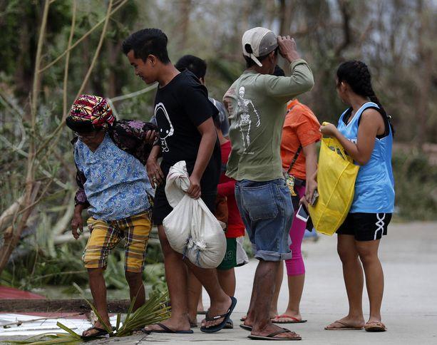 Baggaon asukkaat odottelivat taifuunia lauantaina.