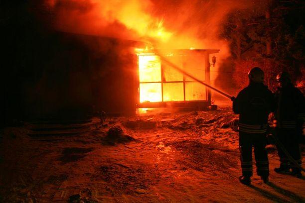 Iltapäivällä torstaina poliisi ja pelastuslaitoksen henkilökunta selvittivät, mistä palo sai alkunsa. Kuvituskuva.