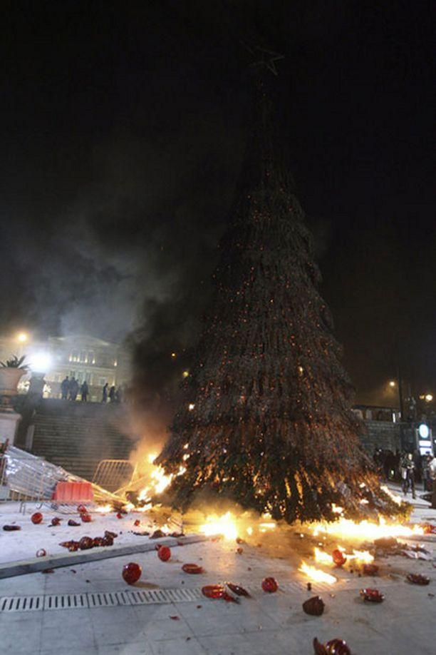 Joulukuusi koki kovan kohtalon mellakoissa.