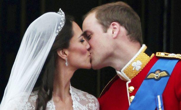 Vuosikymmenen suurimpia kuninkaallisia häitä vietettiin huhtikuussa 2011 Lontoossa. Katesta tulee virallisesti kuninkaallinen.