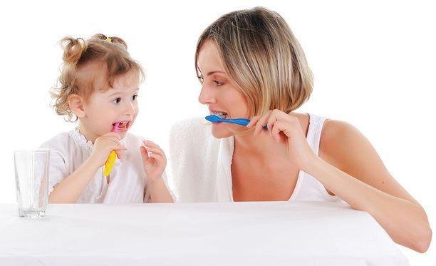 Lapsesi seuraa tekemisiäsi tarkasti ja oppii sinulta paljon, joten näytä hyvää esimerkkiä myös hampaiden harjauksessa.