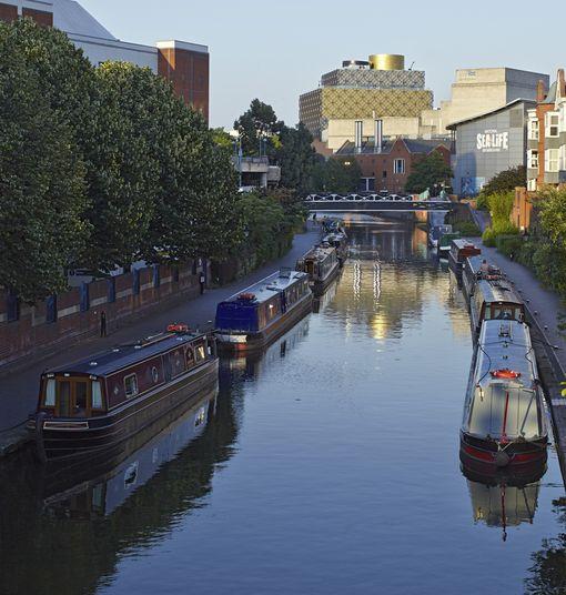 Birminghamin kanavilla kulkee tällaisia asuntolaivoja.