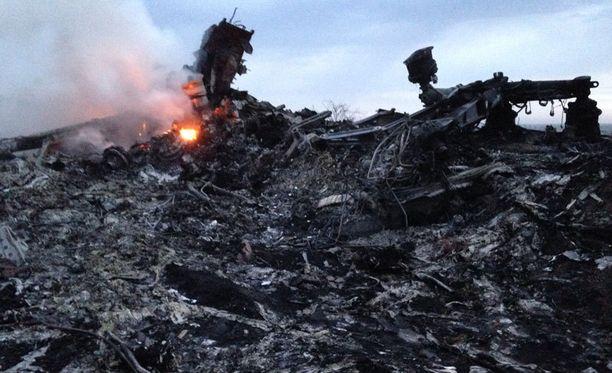 Pudonneen koneen hylystä nousi sankka savu.