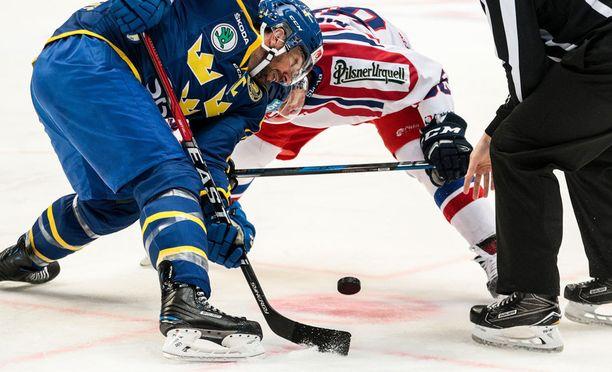 Pelaajan jalkojen pitää olla punaisten viivojen takana, kun tuomari pudottaa kiekon jäähän. Jatkossa sääntöä vahditaan entistä tarkemmin. Kuva Euro Hockey Tourilta.