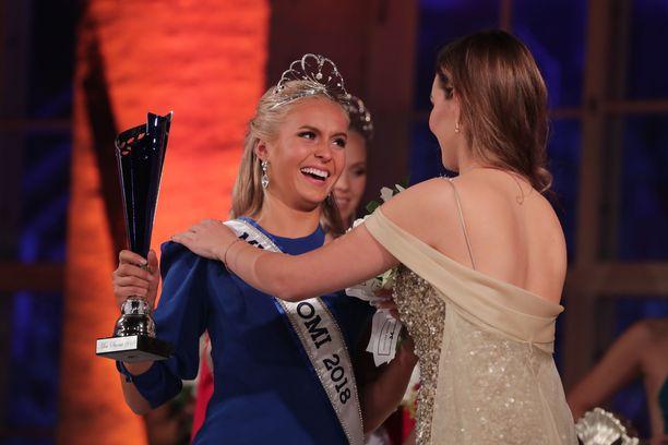 Onnellinen Miss Suomi tuuletti tultuaan valituksi.