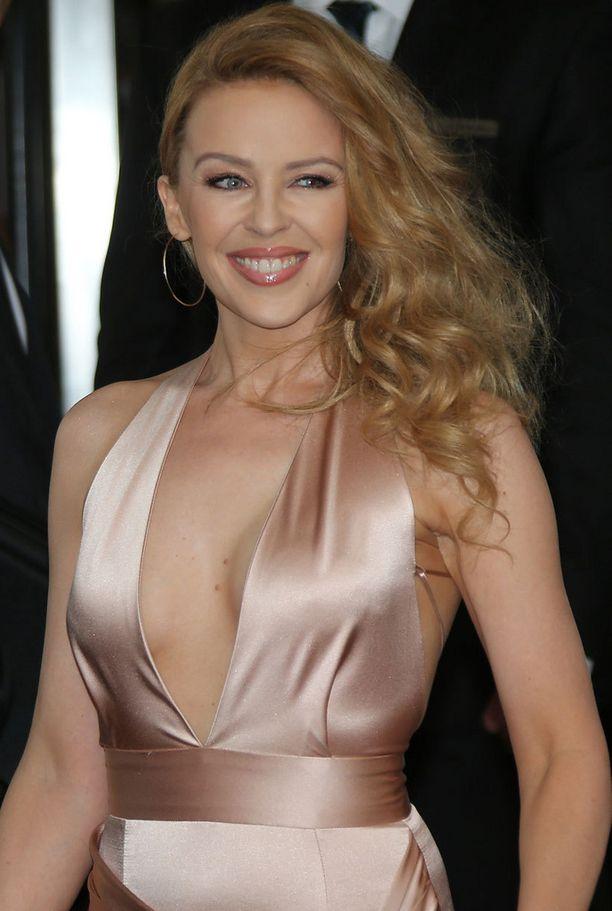 Kylie Minogue kietoo usein hiuksensa toiselle sivulle. Tätä tyyliä voi hyödyntää myös ponihäntänä.