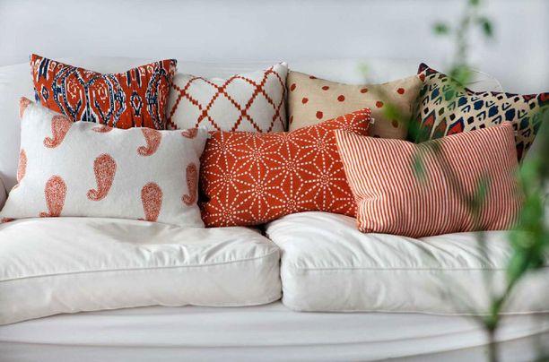 Kodin ilme päivittyy nopeasti sohvatyynyillä. Tänä vuonna värit ja muodot saa surutta sekoittaa toisiinsa.