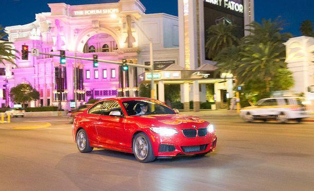 Ensituntumat autoon otimme Las Vegasin pääkadun Stripin värimaailmassa. Kakkonen käänsi päitä.