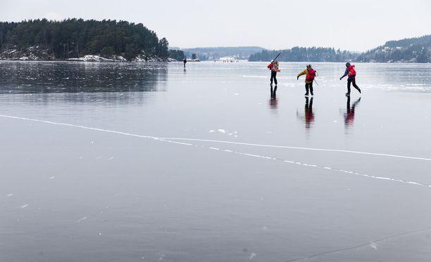 Alkava pakkasjakso vahvistaa merenlahtien jäät, mutta ei tuo juurikaan lunta mukanaan.