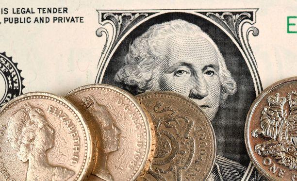 Punnan kurssi suhteessa dollariin putosi heti ovensuukyselyiden julkistamisen jälkeen.