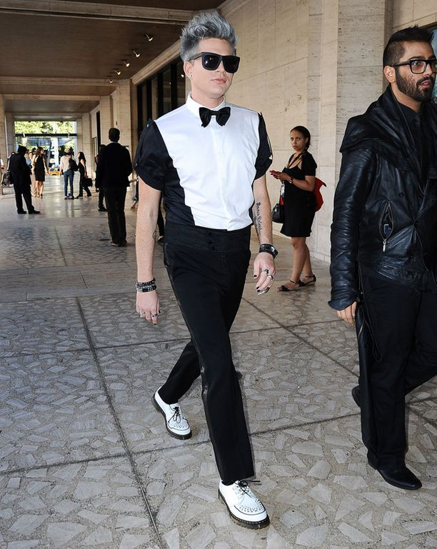 Adam edusti mustavalkoisessa asussa muotinäytöksessä.