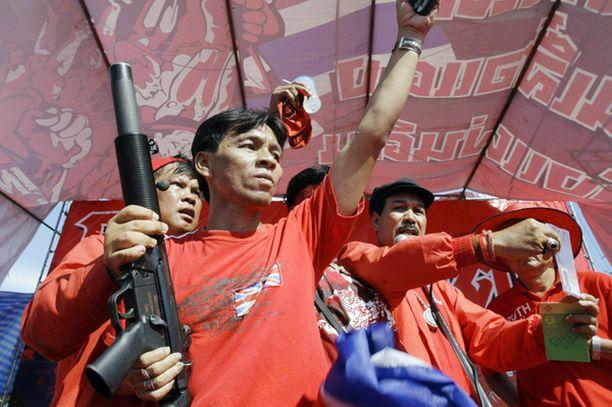 Myös osa mielenosoittajista on aseistautunut. He myös uhkasivat olevansa valmiita voimakeinoihin.