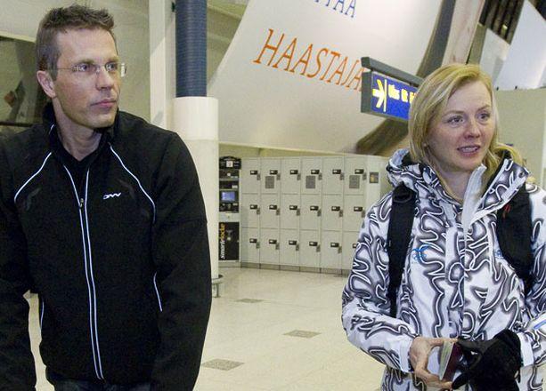 Jari Sarasvuo (vas.) saattoi kihlattunsa Virpi Kuitusen lentokentälle.
