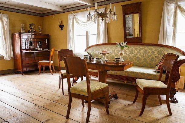 Muodikkaimmat huonekalut sijoitettiin 1800-luvulla saliin.