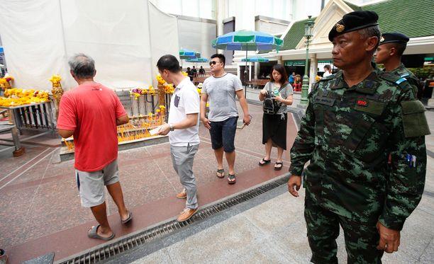 Sotilaat partioivat Bangkokissa tiistaina.
