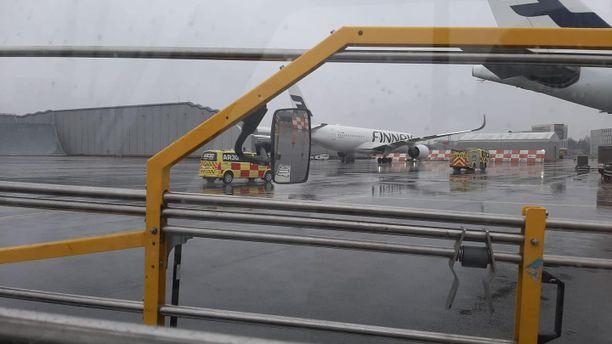 Finnairin lentokonetta tutkittiin torstai-iltapäivänä Helsinki-Vantaan lentoasemalla.