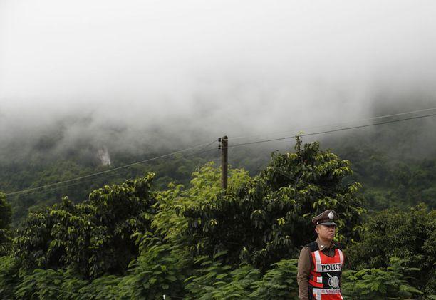 Valmentajaa on kritisoitu poikien viemisestä luolaan monsuunikaudella. Tham Luang -luolastossa ei normaaleissa olosuhteissa ole vettä.
