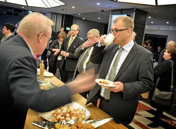 Suomen suosituimman puolueen puheenjohtajalla riitti innokasta keskusteluseuraa kahvipöydän ääressäkin.