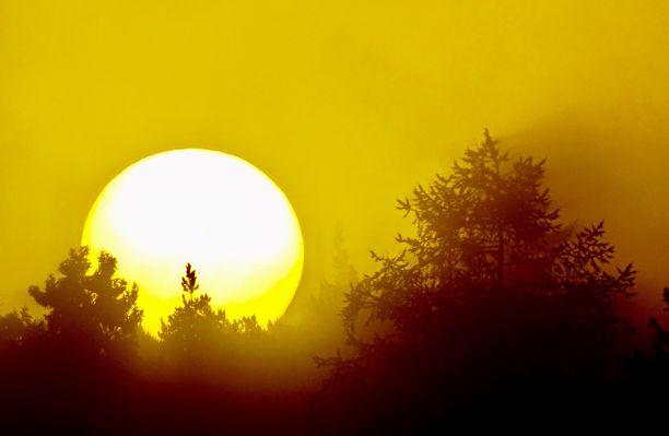 Jo auringon noustessa maanantaina aamulla oli havaittavissa punertavaa hehkua Turussa.