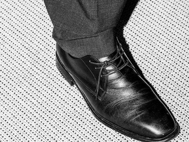 Perhe- ja peruspalveluministeri Juha Rehulan kenkä oli umpisolmussa tiedotustilaisuudessa, joka koski hallituksen kärkihankkeiden etenemistä.