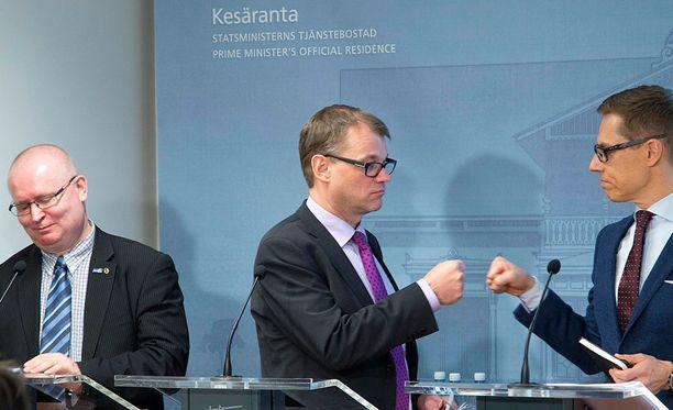 Pääministeri Juha Sipilän (kesk) mukaan yrityksissä on nyt henki päällä. Kuva maaliskuulta, jolloin Sipilä teki hallituksen infon päätteeksi nyrkkitervehdyksen silloisen valtiovarainministeri Alexander Stubbin (kok) kanssa yhteiskuntasopimuksen synnyttyä.