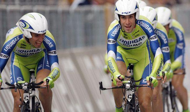 Vincenzo Nibali (oik.) oli vahvin sateisella neljännellä etapilla.