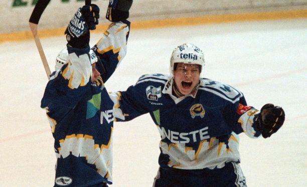 Kiekko-Espoo tuulettaa ensi kaudella Suomi-sarjassa. Vuonna 1998 juhlivat Nils Ekman ja Joonas jääskeläinen SM-liigan puolivälierissä.