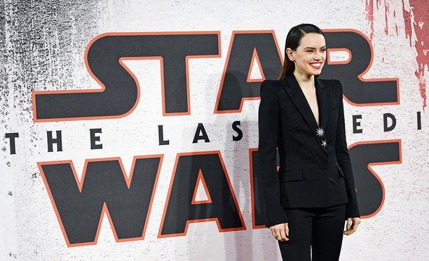 Uusimmassa Star Wars -trilogiassa pääroolissa nähtävä Daisy Ridley esittää Rey-nimistä hahmoa.