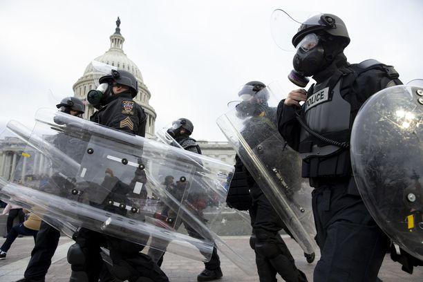 Washingtonin mellakoiden yhteydessä on kuollut yksi ja loukkaantunut ainakin 50 poliisia.